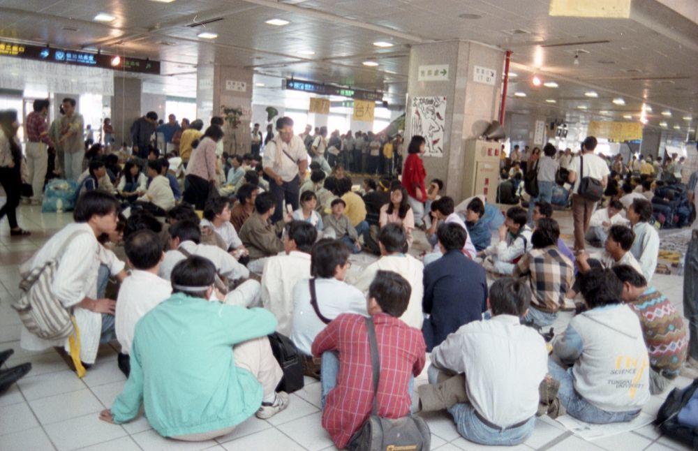 「全國學生運動聯盟」等學生團體1991年在台北火車站靜坐抗議。