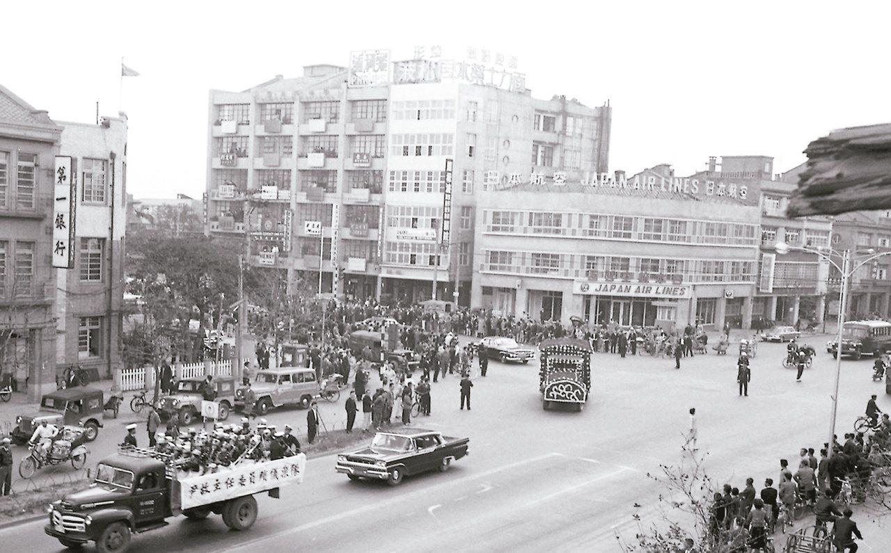 1963年,尹仲容出殯時,許多人自動自發站在街頭恭送。(圖/本報資料照片)