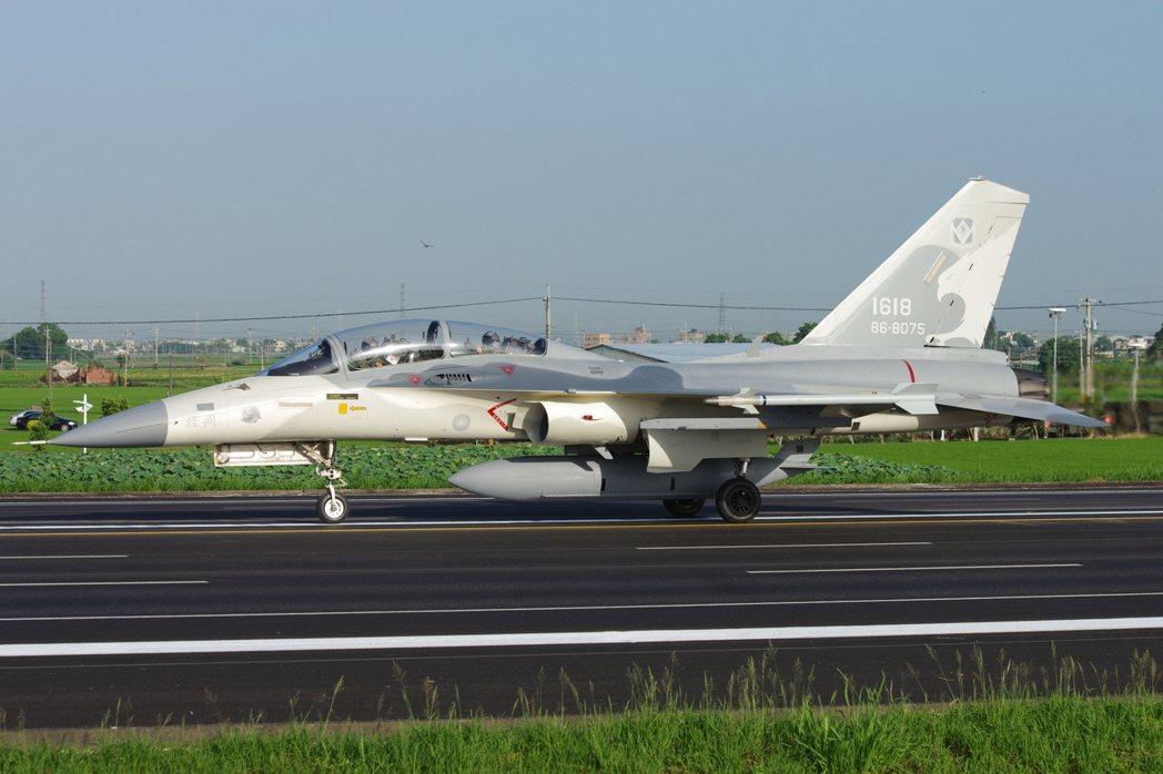 經國號戰機攜帶的AIM-9P4響尾蛇飛彈:通常台南基地1聯隊的經國號使用響尾蛇,...