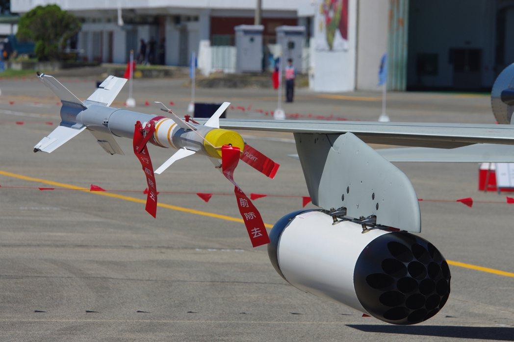 F-5戰機翼梢掛載的AIM-9P4響尾蛇飛彈。  記者程嘉文/攝影