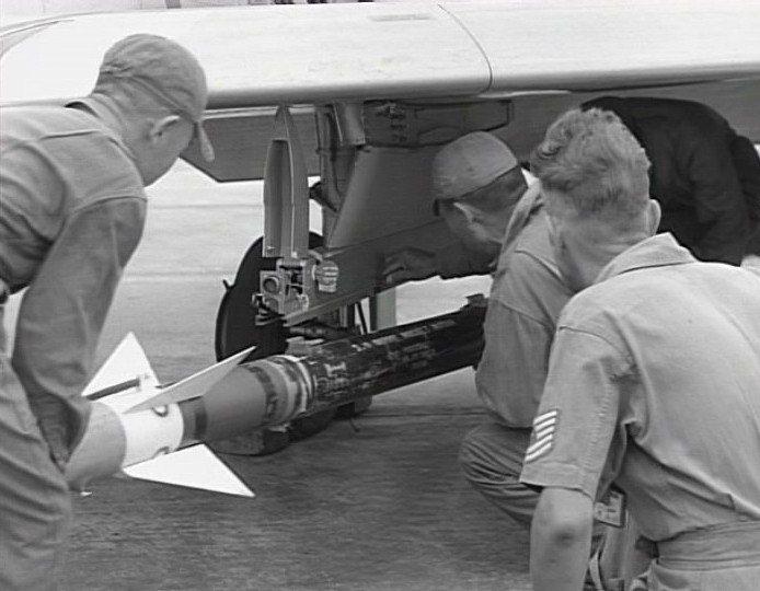1958年台海戰役期間,美軍協助在國軍F-86上裝置AIM-9B響尾蛇飛彈的掛架...