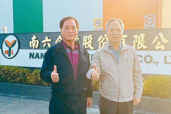 南六董事長黃清山(左)、總經理黃和村合影。 記者陳書璿/攝影
