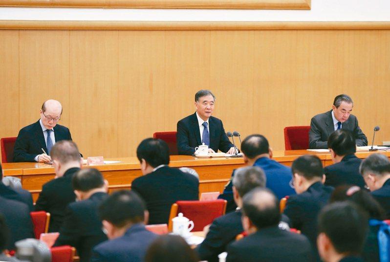 大陸全國政協主席汪洋(左)及大陸外交部長王毅出席2020年對台工作會議。 新華社