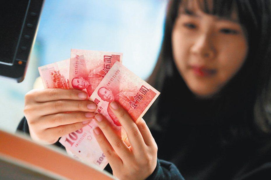 年終獎金調查發現,有四成上班族會將獎金用於投資理財。 圖/聯合報系資料照片