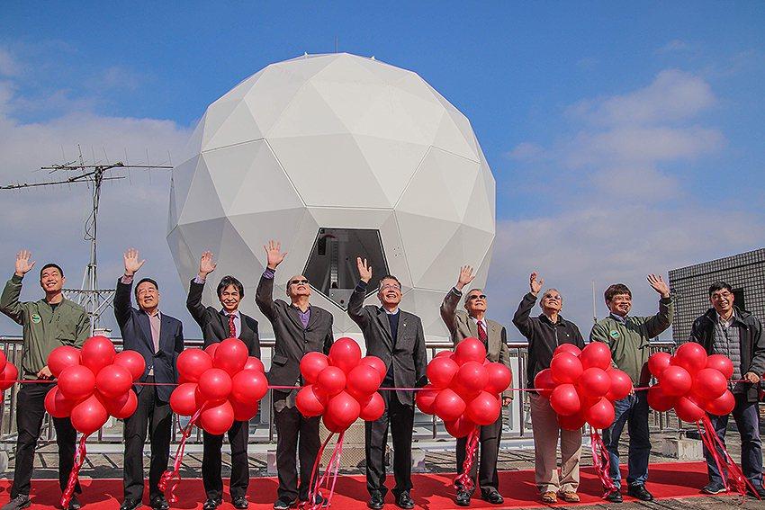 以太空科學起家的中央大學,20日在健雄館進行新成立的「衛星任務作業中心」揭牌啟用...