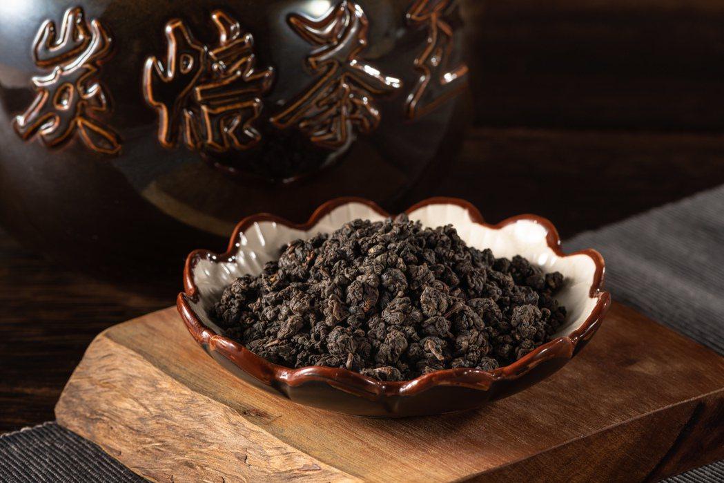 台灣傳統炭焙烏龍茶王競賽,茶王獎由協會提供進行拍賣。 南投縣松嶺鬥茶協會∕提供
