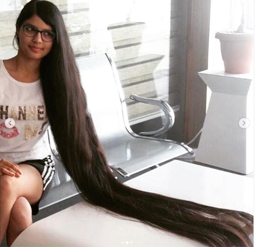 印度一名17歲女子巴特爾(Nilanshi Patel)是全世界頭髮最長的青少年。 圖/取自金氏世界紀錄IG