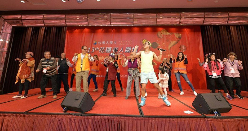 多位長輩上台一起PK舞蹈,大跳蔡依林的《腦公》。業者/提供
