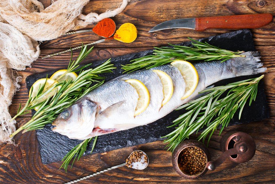 除多團圓飯必定有魚,只能吃中間要留頭尾,象徵年年有餘。示意圖/ingimage授...