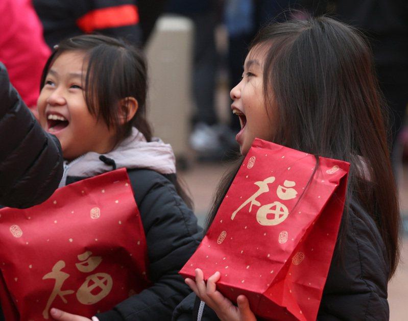 農曆春節將至,民眾在外不時可以感受到濃濃的年節氣氛。新北市政府廣場舉辦的年貨市集上,孩子們拿著剛購買到的福袋臉上洋溢開心的笑容。圖與文/林澔一