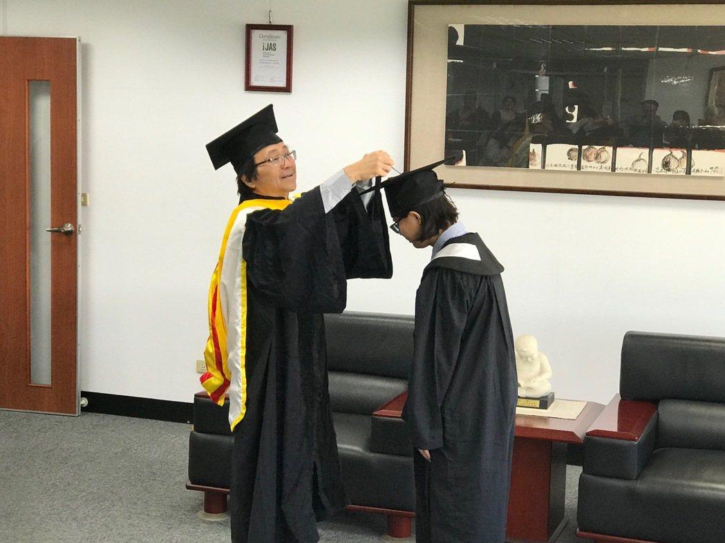 校長陳鴻助為劉芝呈同學撥穗,並頒發學士畢業證書。 黃逢森/攝影