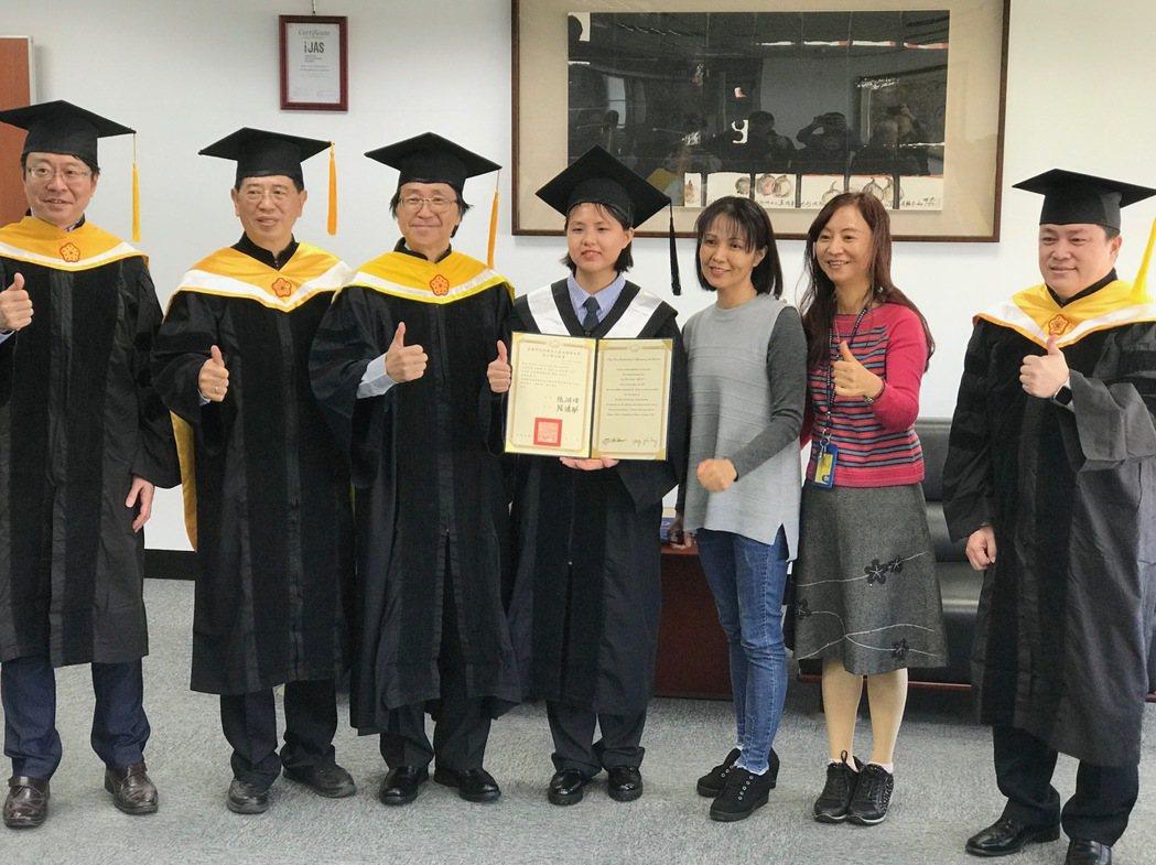 劉芝呈同學提前畢業,多位師長參與為她祝福。 黃逢森/攝影