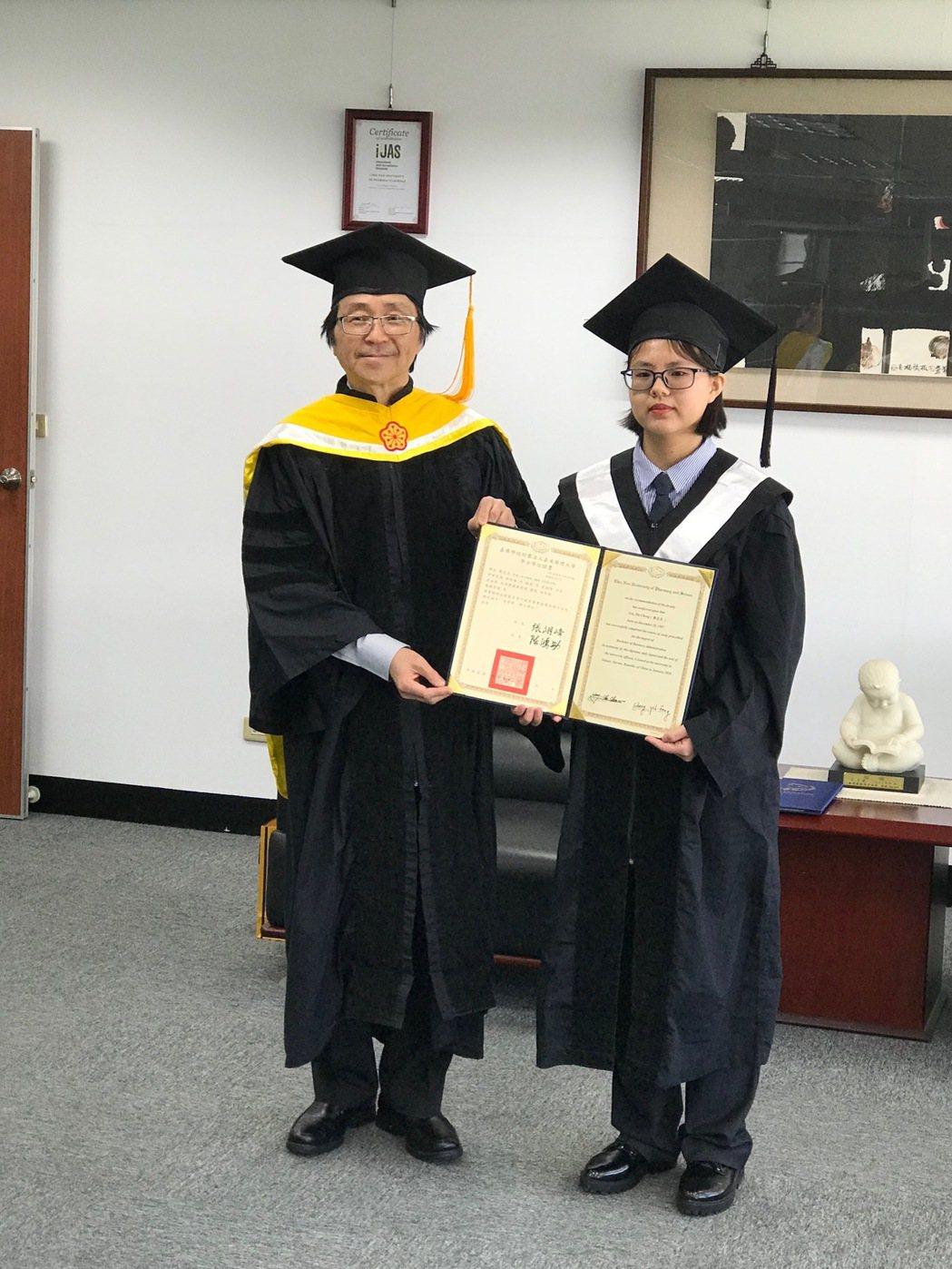 校長陳鴻助頒發學士畢業證書給劉芝呈同學。 黃逢森/攝影