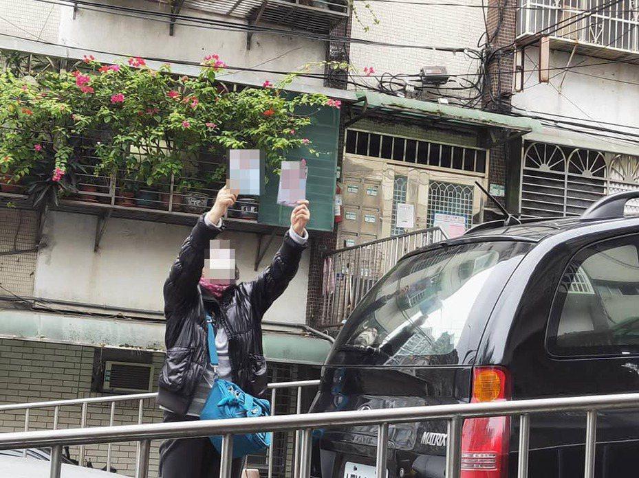 網友的阿姨拿著照片高舉雙手。圖擷自爆怨公社