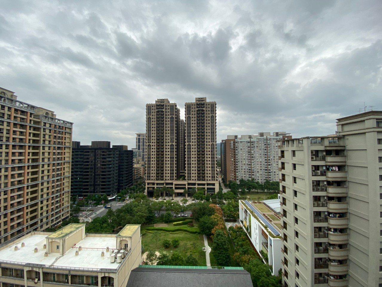 網友詢問房子買在頂樓是否會後悔。 圖/PTT