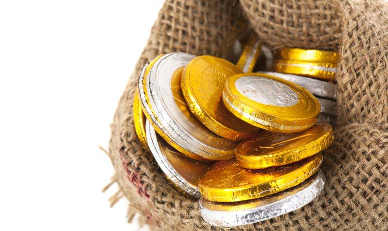 一名網友在PTT上PO文提到,金幣、金魚和金元寶等造型的巧克力吃起來總有股怪味,吃裡來並不是那麼美味,但年節始終熱賣,因此他好奇「到底是誰在吃的?」示意圖/ingimage