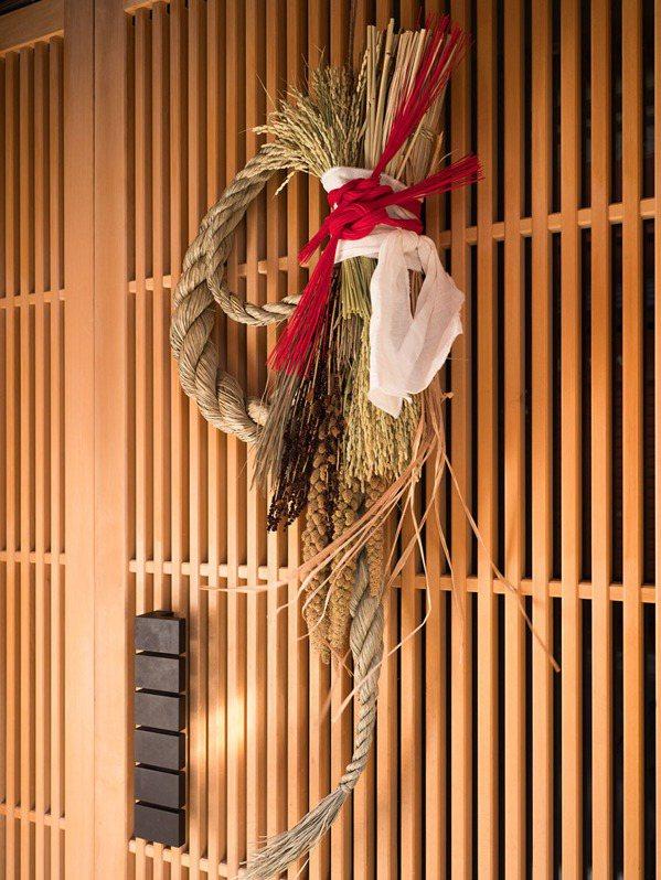 掛門松、稻草繩是日本傳統的新年儀式,現今日本依然可見。 圖/iSock