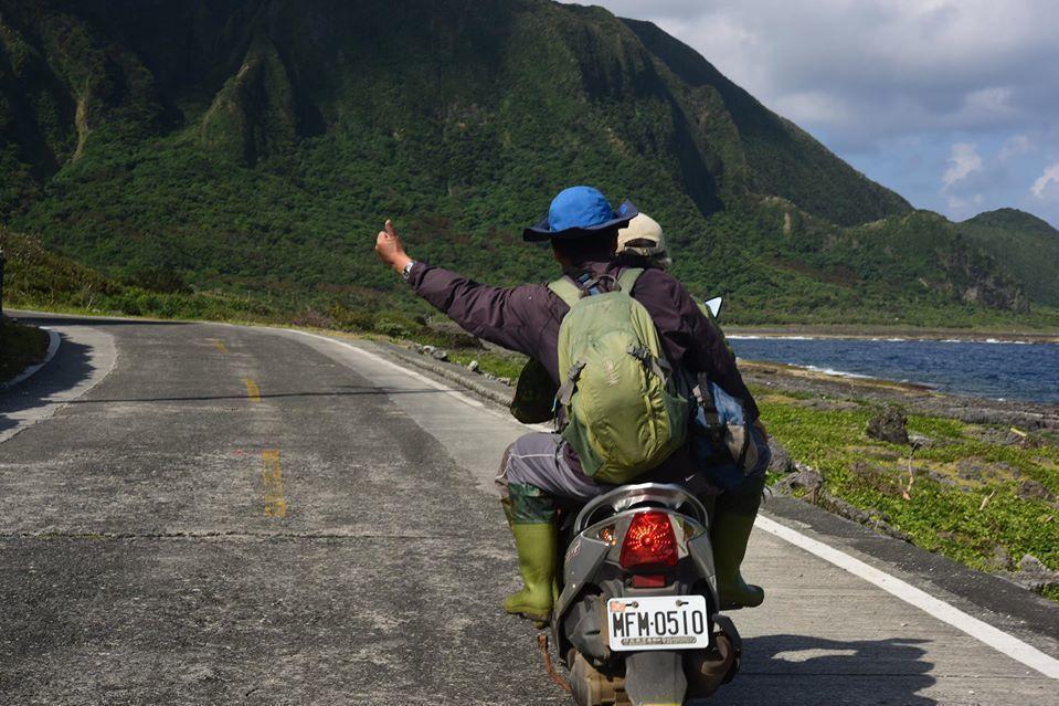 蘭嶼環島邊騎邊看是鐘詩文團隊偵查草木生態的習慣性行程之一。 圖/取自鐘詩文Facebook