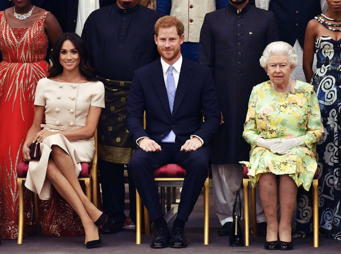 在英國女王伊莉莎白二世的直接指示下,白金漢宮已同意解除薩塞克斯公爵夫婦的王族職務...