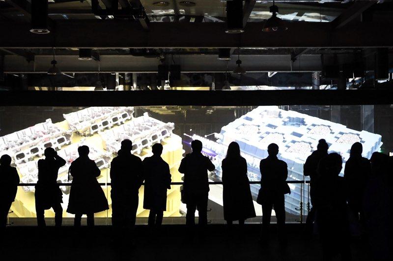 圖為「一帶一路」沿線國家的媒體代表,在上海臨港自貿試驗區參觀黑燈工廠。 圖/中新社