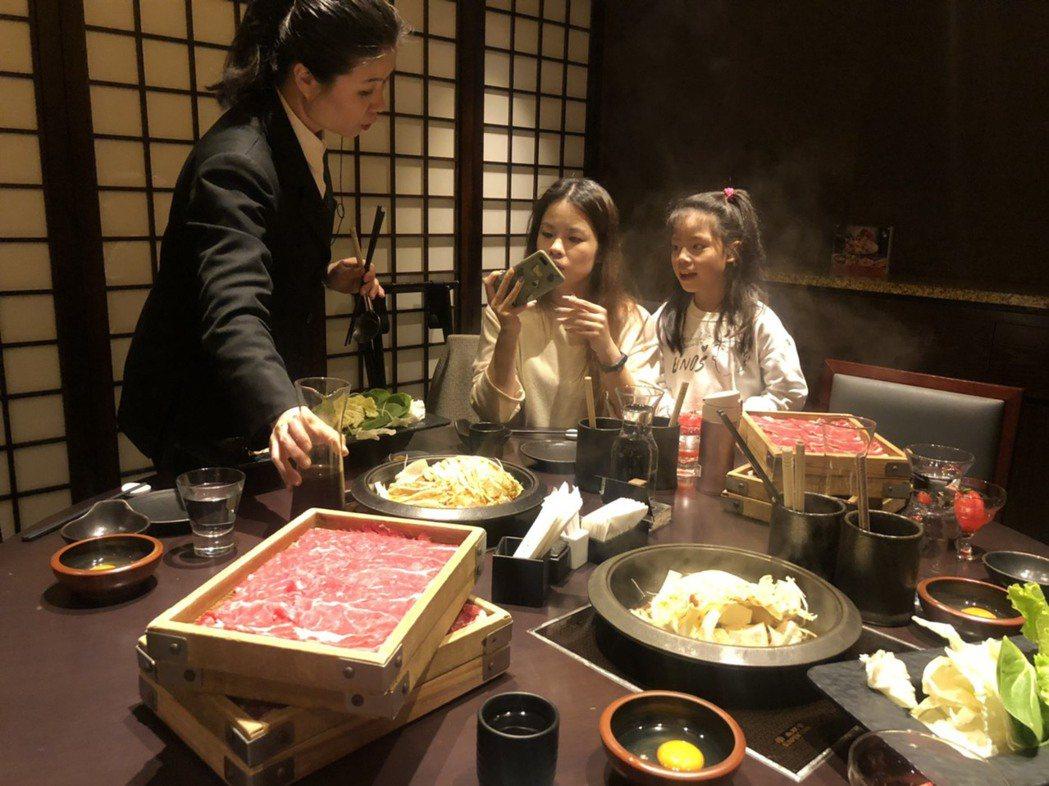 若想要大快朵頤美國牛肉,滿足吃到飽的口慾,位於台北晶華酒店地下三樓的「三燔本家」...