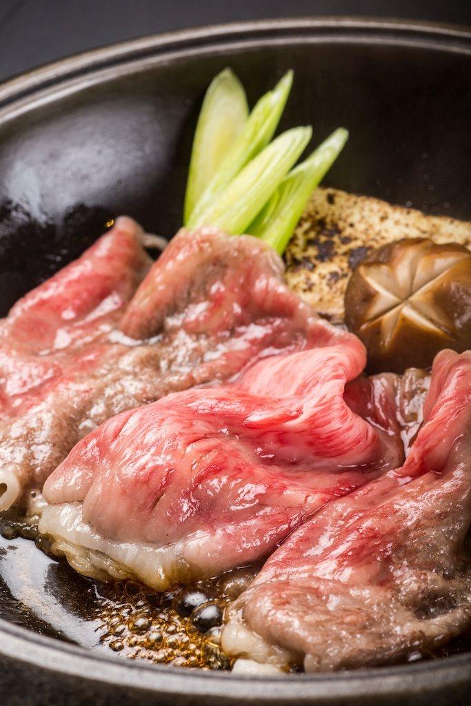 美國牛肉切成薄片並以重口味涮煮,最能突顯這塊牛肉的柔嫩、且可以避免非油花部分的乾...