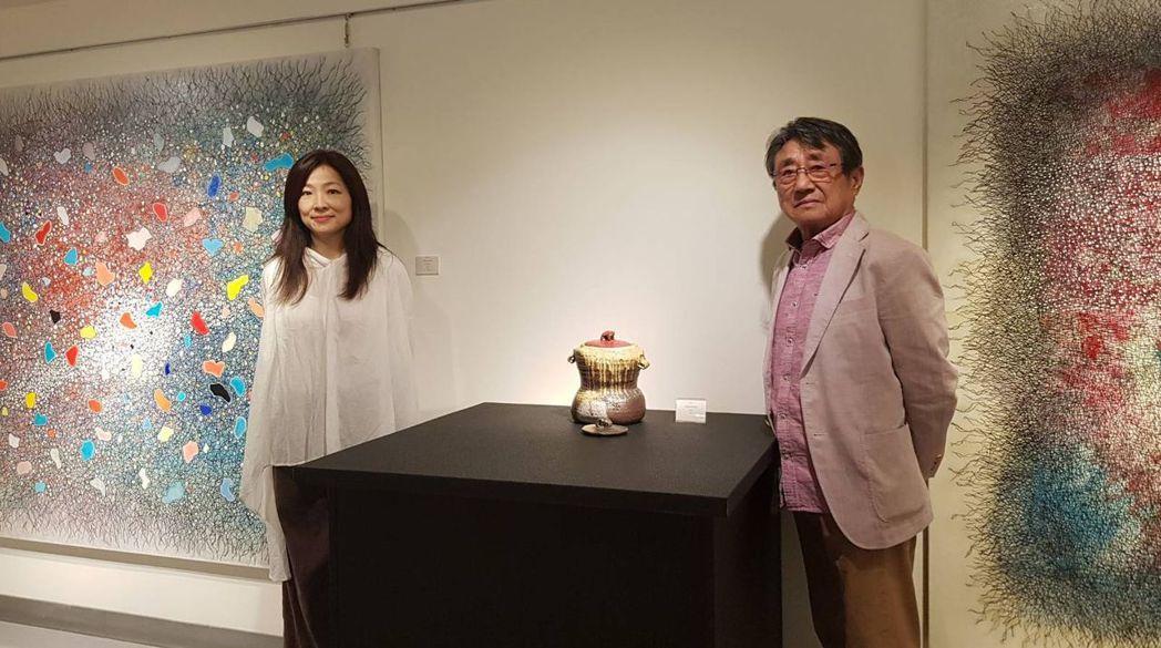現代備前陶不可或缺的偉大人物-日本柴燒大師安倍安人(右),攜手以重覆重疊暈染的油...