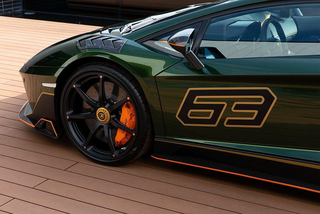 數字「63」於車頭以及兩側車門,向Lamborghini創廠年份「1963」致敬...