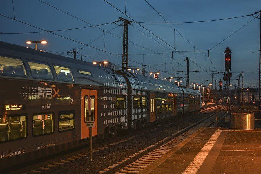 歐洲人正在改變跨國交通運輸方式,2019年歐洲搭火車的旅客人數增加10%,飛機的乘客數則相反。(photo by Pixfuel)