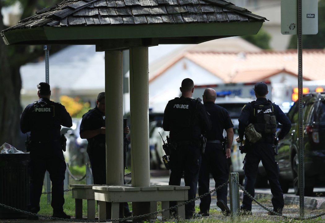 美國夏威夷州檀香山19日發生槍擊事件,造成兩名員警死亡,嫌犯仍在逃。案發地點並發...