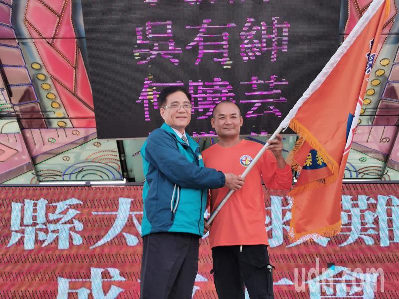 嘉義縣太保救難協會昨天成立,太保市長黃榮利(前排左)到場祝賀,並授旗給協會理事長許正義。記者卜敏正/攝影