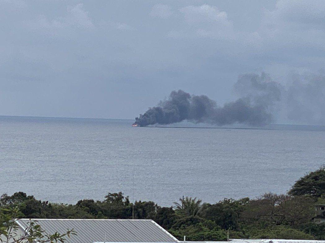 永泉3號漁船在成功鎮新港東南方約2.5海浬的海面上發生火警,船上2位漁民平安脫困...