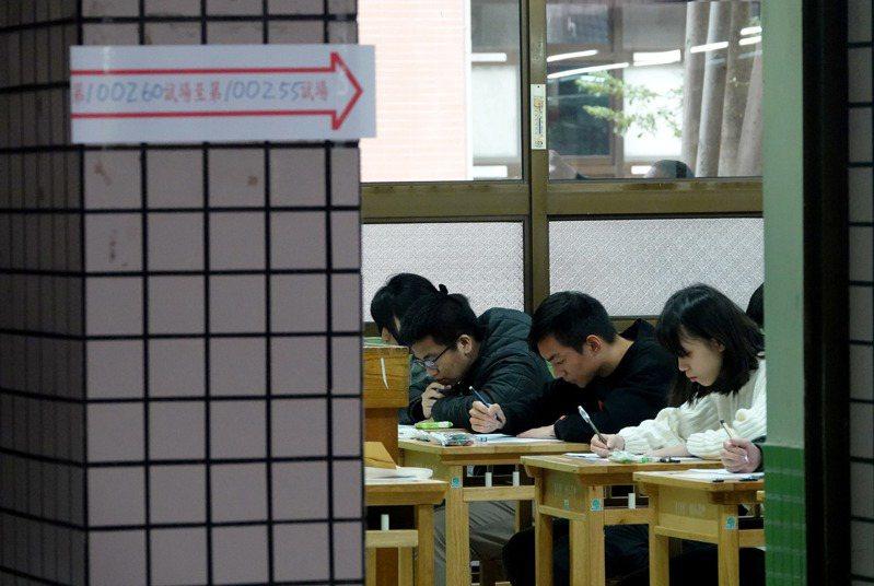 今年大學學測有2名同名同姓考生被安排在同一教室,坐錯位子兩人都要扣分。圖為學測考場,非當事人。本報資料照片