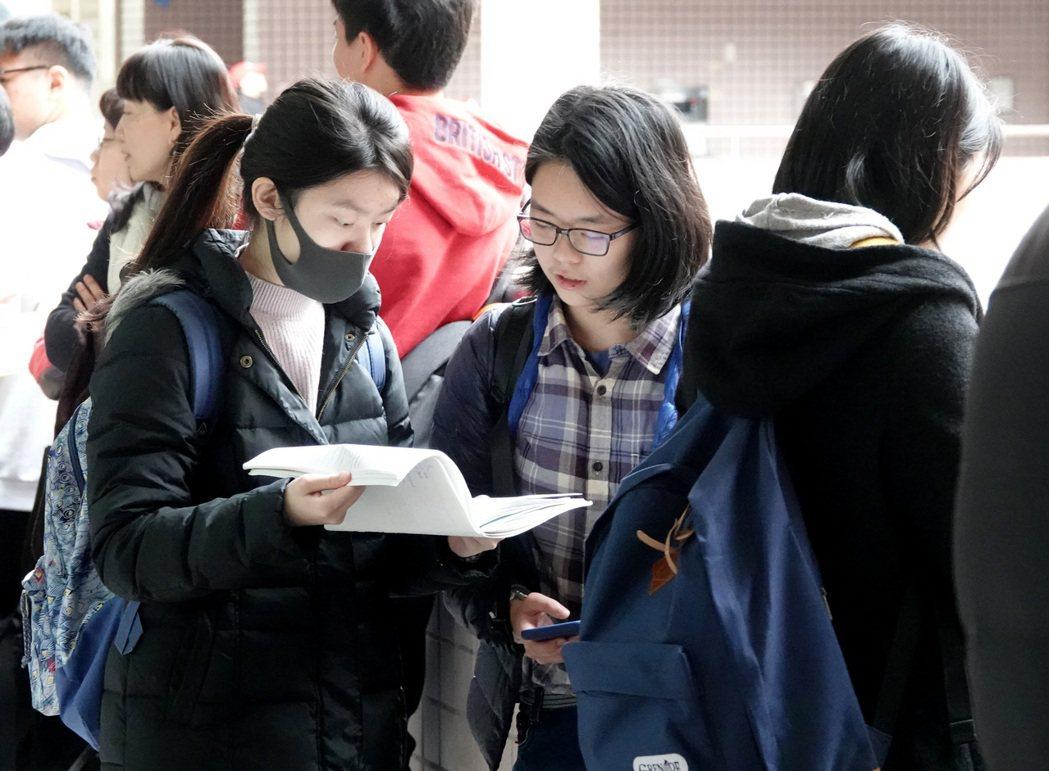 圖為今年大學學測考前,考生把握最後時間復習。本報資料照片
