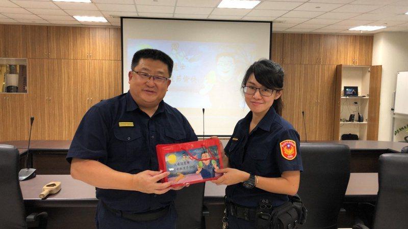 大安警分局長周煥興(左)。圖/記者廖炳棋翻攝