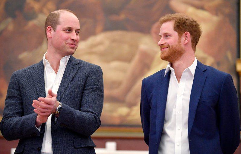 英國王子哈利(右)據傳已與哥哥威廉(左)和好,但與老爸查理王子之間仍有矛盾。路透