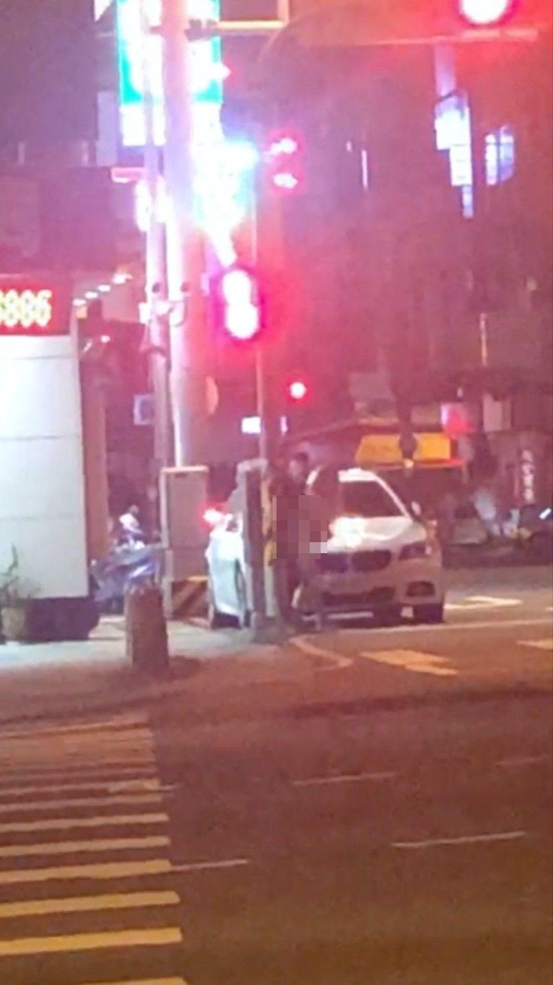 台中市北屯區東山路、環中東路在17日凌晨3時許,有一對男女在BMW轎車旁上演活春宮,全程被附近市民拍下,警方循線通知涉案男子到案。記者陳宏睿/翻攝