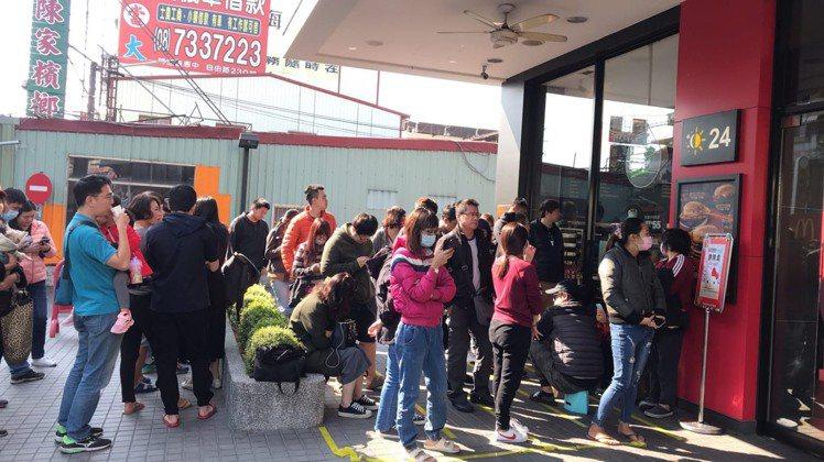 麥當勞「Hello Kitty萬用置物籃」吸引搶購排隊人潮。圖/麥當勞提供