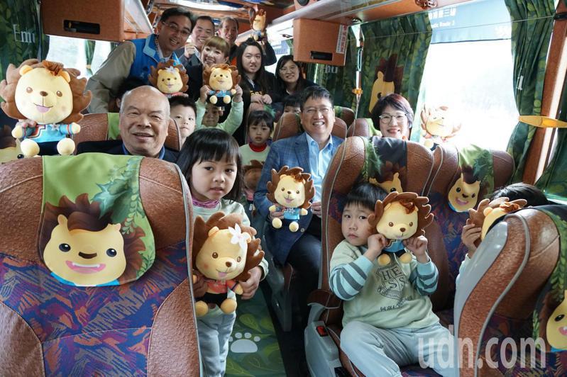 台灣好行獅山線公車,內部的窗簾、椅套都是皮皮獅圖案,渡假氛圍破表。記者郭政芬/攝影
