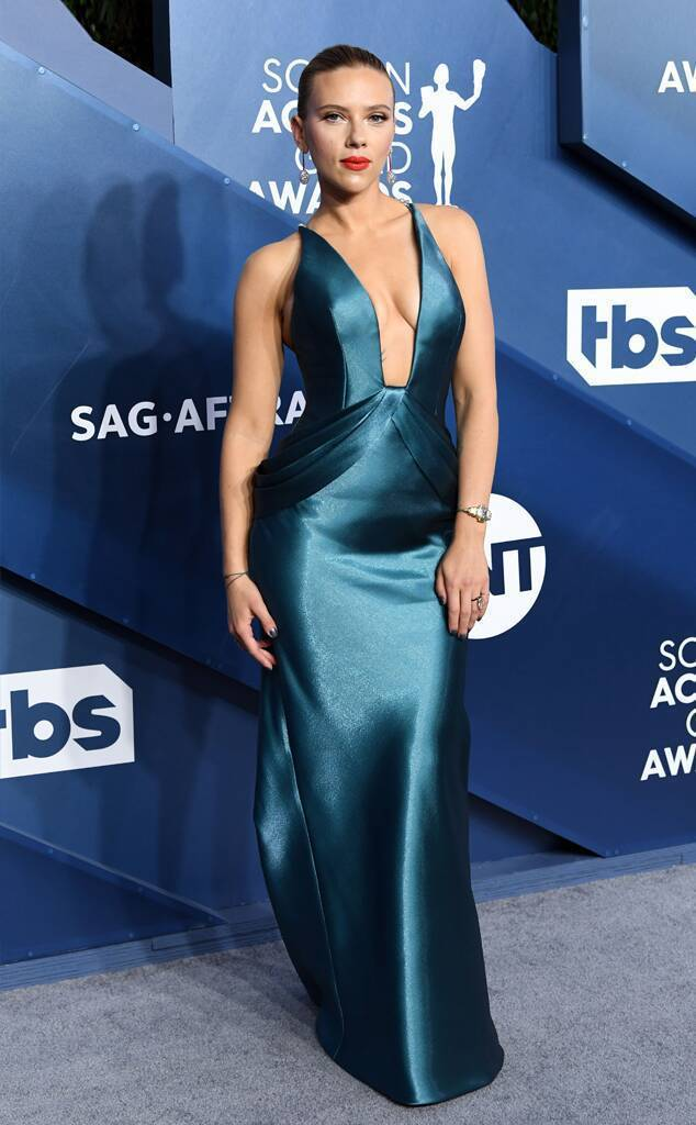 史嘉蕾喬韓森穿上Armani綠色深V禮服展現姣好的S型身材曲線。圖/摘自enew...