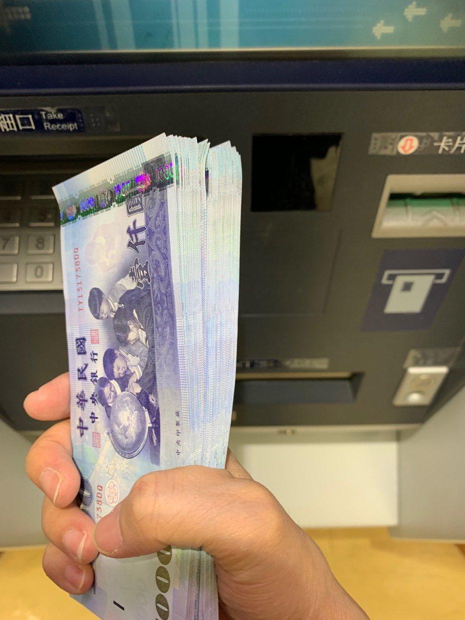 過年前如果要透過ATM領新鈔,建議避開11點到14點,以及17點到19點兩個人潮較多的時段。記者仝澤蓉/攝影