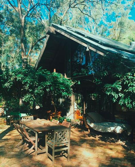 阿特肯靠收集廢棄歷史建材,重新打造成自己的夢想家園。截自IG(@antaitken)
