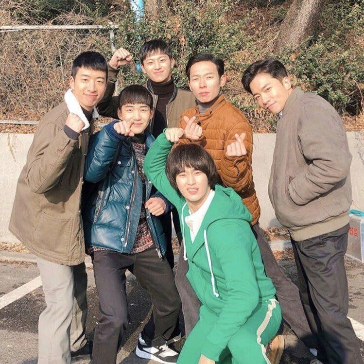 金秀賢與「愛的迫降」演員們合照。圖/摘自IG