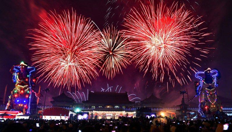 農曆春即期間,台南市安南區正統鹿耳門聖母廟除夕和元宵節,都將施放高空煙火,圖為去年元宵節盛況。圖/正統鹿耳門聖母廟提供