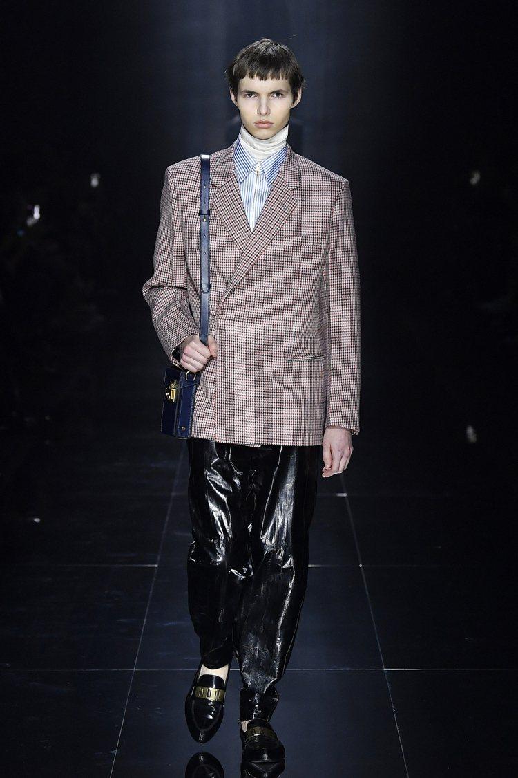 傳統的男裝面料在dunhill的秋冬系列中被重新詮釋,創意總監Mark West...