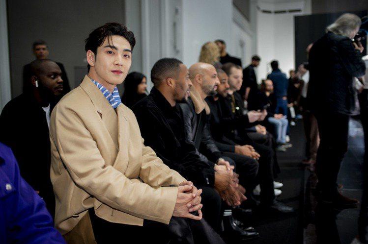 韓國男團NU'EST成員姜東昊身穿dunhill春季新裝現身品牌巴黎大秀現場。圖...