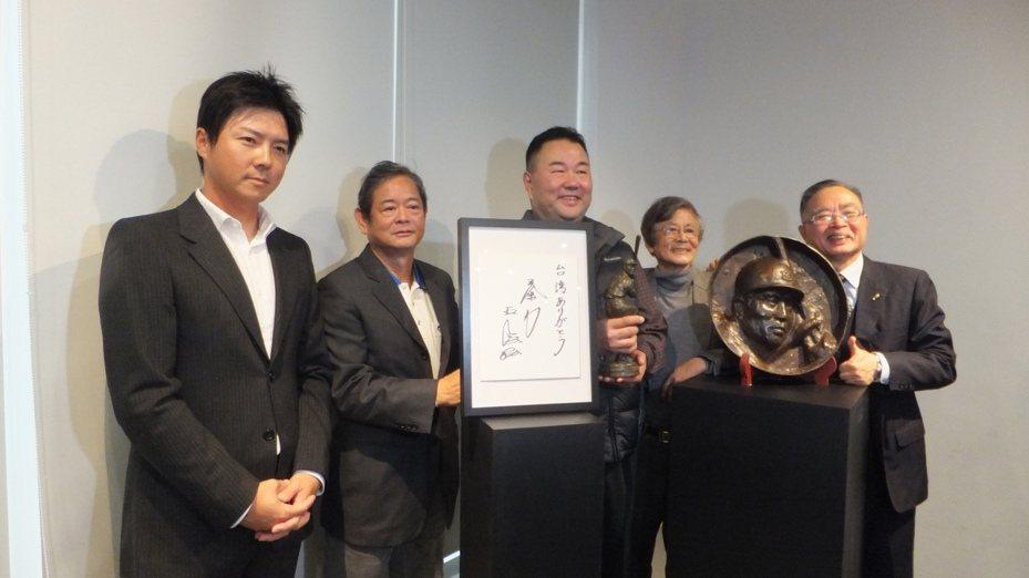 趙士強(中)、林威助(左)一起出席「王貞治榮光的軌跡」棒球展記者會。記者藍宗標/攝影