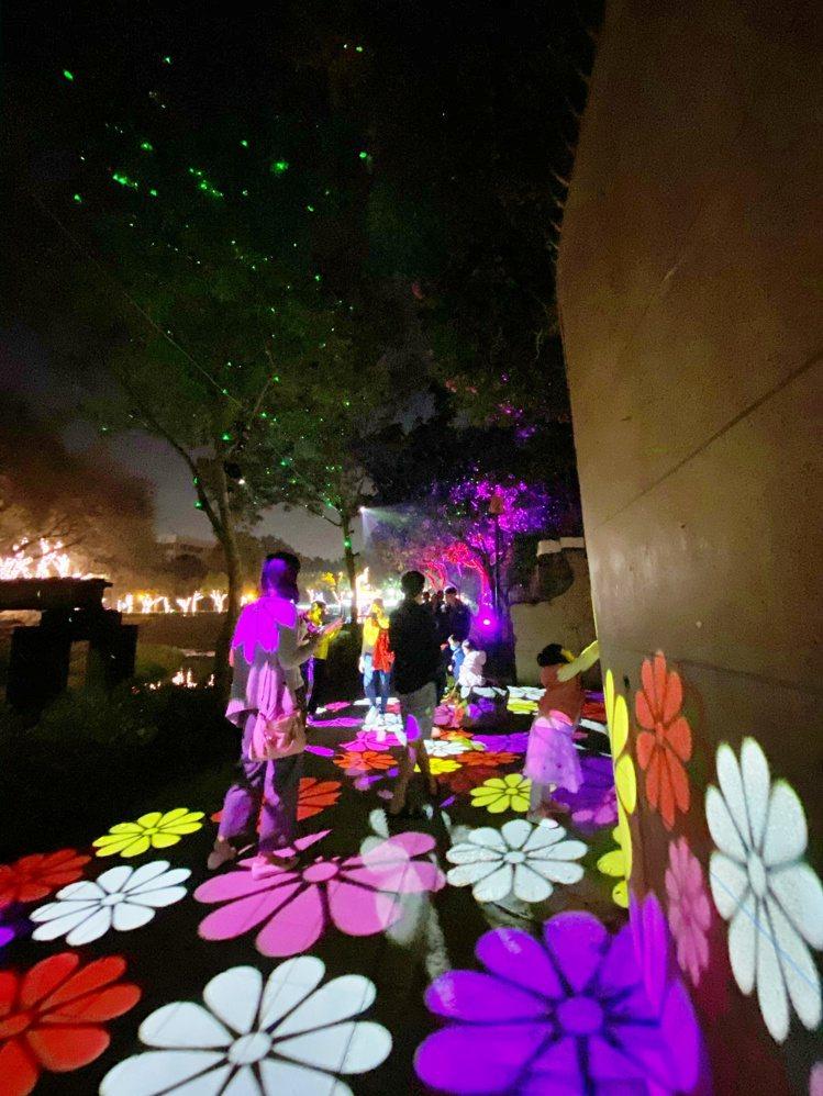 投影的花朵步道,搭配抬頭可見樹上螢螢之光。記者魏妤庭/攝影
