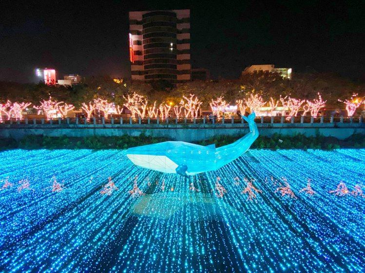 屏東綵燈節即日起到2月9日間開跑,藍色鯨魚猶如悠游在大海,水面上的倒影看起來美得...