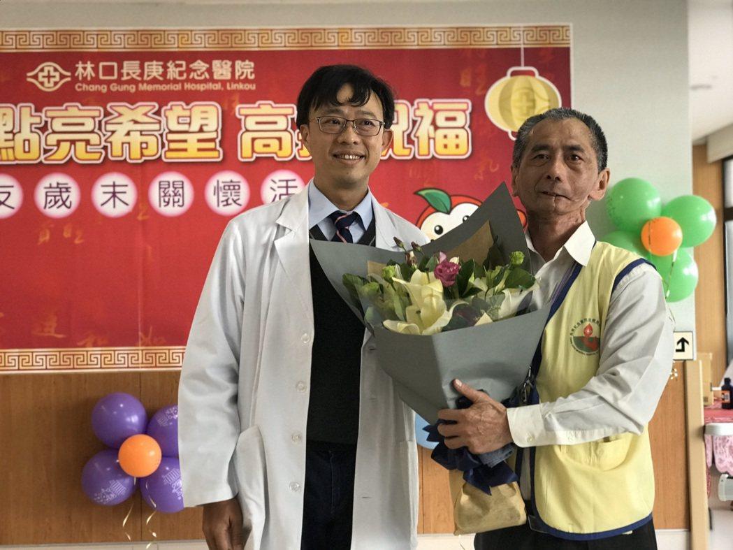 葉明祥與主治醫師康仲然合影。圖/林口長庚紀念醫院提供